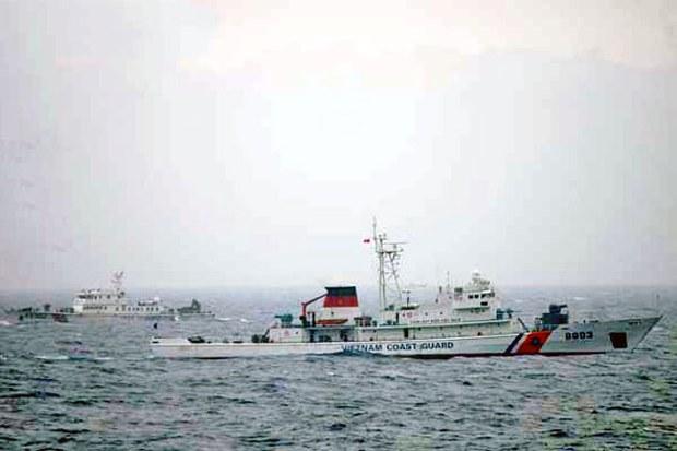 Tàu Cảnh sát biển VN 8003 và tàu cảnh sát biển Trung Quốc 45102