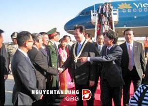 Thủ tướng Nguyễn Tấn Dũng và đoàn đại biểu cấp cao Chính phủ Việt Nam xuống sân bay Pochentong, Phnom Penh ngày 12/01/2014