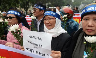 Người dân với băng rôn Trường Sa và Hoàng Sa thuộc về Việt Nam trong một cuộc tưởng niệm lần thứ 42 trận hải chiến năm 1974 giữa Trung Quốc và Việt Nam tại quần đảo Hoàng Sa. Ảnh chụp hôm 19/1/2017 tại Hà Nội.