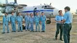 Phi hành đoàn của một chiếc máy bay AN 26 thuộc Lữ Đoàn Không Quân 918 chờ lệnh côn