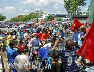 Hàng nghìn công nhân tại KCN Sóng Thần ngừng việc, tuần hành phản đối việc Trung Quốc đặt giàn khoan Hải Dương 981 tại vùng biển của Việt Nam