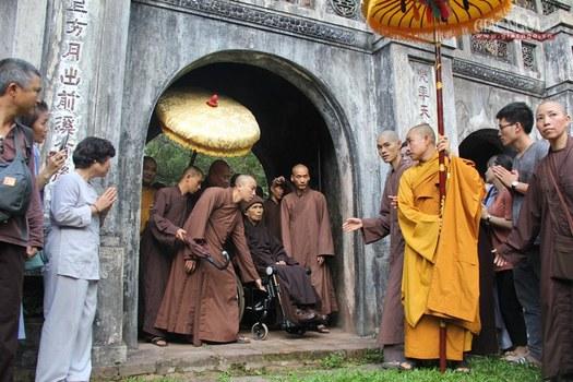 Thiền sư Nhất Hạnh về tới Chùa Từ Hiếu ở thành phố Huế.