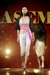Các người mẫu Việt Nam trong buổi trình diễn thời trang tại TP. HCM. AFP PHOTO.