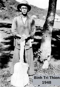 Nhạc sĩ Phạm Duy tại Bình Trị Thiên năm 1948. Photo courtesy of Phạm Duy 2010.