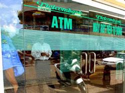 Ngân hàng Vietcombank ở Hà Nội. AFP Photo/ Hoang Dinh Nam.