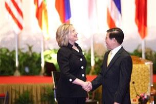 Ngoại trưởng Mỹ Hillary Clinton (trái) hội đàm cùng Chủ tịch Nguyễn Minh Triết bên lề hội nghị thượng đỉnh ASEAN tại Hà Nội ngày 30/10/2010.