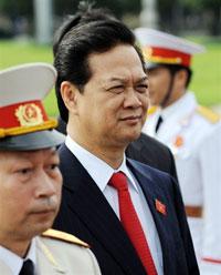 Thủ tướng Việt Nam Nguyễn Tấn Dũng (giữa), hôm 28-7 đã ký quyết định cách chức 5 tướng lãnh chỉ huy Quân khu Thủ đô.  AFP PHOTO.