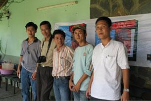 Blogger AnhBaSG (phải) cùng các bạn hữu