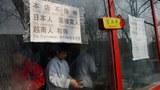 """Một đầu bếp Trung Quốc đang làm việc bên trong nhà hàng có treo bảng """"Cửa hàng này không tiếp người Nhật Bản, Philippines, Việt Nam và Dog"""" tại khu du lịch Houhai ở Bắc Kinh ngày 26 tháng 02 năm 2013."""
