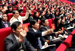 Các Đại biểu đang biểu quyết tại Đại hội đảng XI hôm 17-01-2011. AFP PHOTO / HOANG DINH Nam.