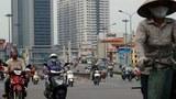 Người dân lưu thông trên một con đường mới mở rộng ở Hà Nội hôm 21/6/2013