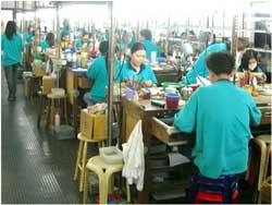 Công nhân Việt Nam đang làm việc tại một xưởng chế tác vàng ở Malaysia, ảnh chụp năm 2009. Photo courtesy of camsa-coalition.org
