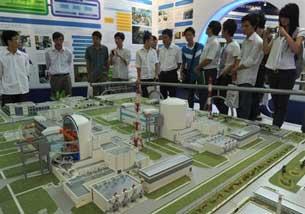 Khách tham quan đang xem mô hình trạm Rosenergoatom của Tập đoàn điện hạt nhân của Nga tại cuộc triển lãm về điện hạt nhân đang được tổ chức tại Hà Nội ngày 28 tháng năm 2010. AFP PHOTO / HOANG DINH Nam.