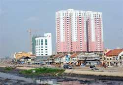 Những tòa nhà căn hộ chung cư được xây dựng bên cạnh khu phố cũ ở TPHCM, ngày 22/04/2009. AFP PHOTO / HOANG DINH Nam.