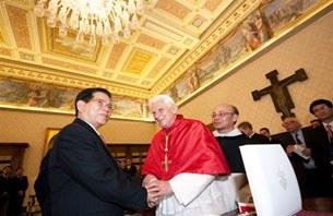 Đức giáo hoàng Benedict XVI tiếp kiến Chủ tịch VN Nguyễn Minh Triết tại Tòa thánh Vatican hôm 11-12-2009.
