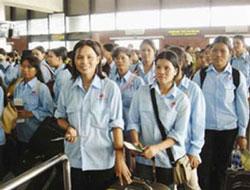 Nữ công nhân Việt Nam chuẩn bị lên đường lao động ở nước ngoài. Photo courtesy of xaluan.com
